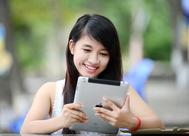 Frau am Tablet mit Browsergame