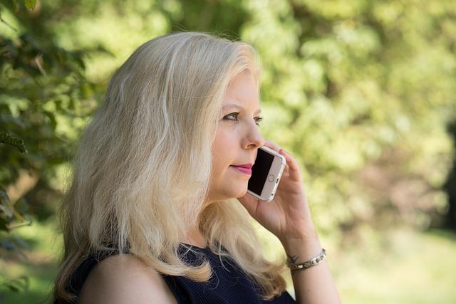 Frau beim telefonieren
